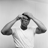 Cassius Clay Combing His Hair Lámina fotográfica por Monte Fresco