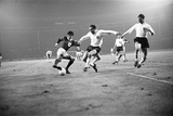 George Best in Action for Northern Ireland 1965 Fotografisk tryk af  Staff