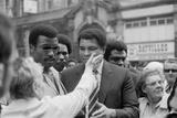 Muhammad Ali Meeting Supporters on His Visit to Birmingham Fotografie-Druck von  Staff