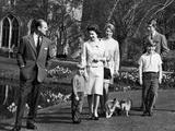 The Queen, Duke of Edinburgh and children at Windsor, 1968 Fotografisk tryk af  Staff