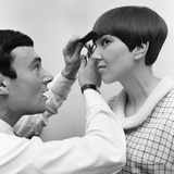 Mary Quant Having Hair Done by Vidal Sassoon 1964 Fotoprint van  Staff