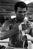 Muhammad Ali Wrappings His Hands Fotografisk tryk af  Staff