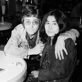 John Lennon with Yoko Ono at Heathrow 1971 Fotografie-Druck von Dennis Stone
