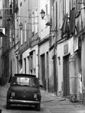 Fiat kører ned ad smal gade, Sassari, Sardinien, Italien Premium fototryk af Doug Pearson