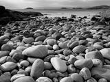 Stony Beach on Knoydart Peninsula, Western Scotland Fotografisk tryk af Pete Cairns