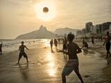 Young Men Play Beach Football on Ipanema Beach as the Sun Sets Kunst på metal af Kike Calvo