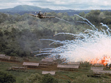Village in flames after Explosives Dropped During an American Air Strike Against Viet Cong Art sur métal  par Larry Burrows