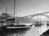 Weintransportbarken in Porto, auf dem Duoro mit der Skyline von Porto im Hintergrund, Portugal Fotografie-Druck von Michele Falzone