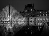 Musee Du Louvre and Pyramide, Paris, France Fotografisk tryk af Roy Rainford