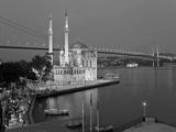 Bosphoros River Bridge and Ortakoy Camii Mosque, Ortakoy District, Istanbul, Turkey Fotografisk tryk af Gavin Hellier