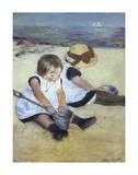Enfants jouant sur la plage Poster par Mary Cassatt