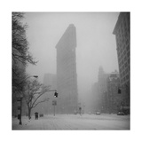 Flat Iron Building, Blizzard - New York City Iconic Building Fotografisk tryk af Henri Silberman
