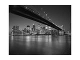 Under the Brooklyn Bridge - Lower Manhattan at Night Fotografie-Druck von Henri Silberman