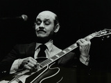 Guitarist Joe Pass on Stage at the Forum Theatre, Hatfield, Hertfordshire, 12 November 1980 Reproduction photographique par Denis Williams