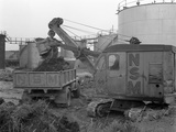 Thomas Smith Super 10 Earth Mover Working at the Shell Plant, Sheffield, South Yorkshire, 1961 Reproduction photographique par Michael Walters
