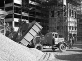 Early 1950S Bedford M Tipper Delivering Aggregates to a Building Site, South Yorkshire, July 1954 Reproduction photographique par Michael Walters