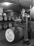 Weighing Barrels of Blended Whisky at Wiley and Co, Sheffield, South Yorkshire, 1960 Reproduction photographique par Michael Walters