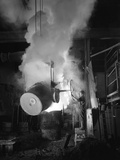 Teeming (Pouring) Molten Iron at Edgar Allens Steel Foundry, Sheffield, South Yorkshire, 1964 Reproduction photographique par Michael Walters