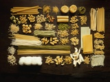 Many Different Types of Pasta on Dark Wooden Background 写真プリント : ウォルター・シンバル