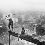 Golfer Teeing off on Girder High above City Fotografisk tryk