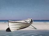 White Boat on Beach Lámina fotográfica por Zhen-Huan Lu