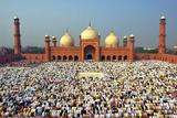Muslim Gathering for Eid Prayers at Badshahi Masjid, Lahore, Pakistan Fotografisk tryk af Yasir Nisar