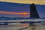 USA, Oregon, Cannon Beach. Sunset on Lone Seastack Fotografisk trykk av Jean Carter
