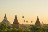 Myanmar. Bagan. Hot Air Balloons Rising over the Temples of Bagan Photographie par Inger Hogstrom
