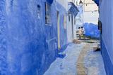 Narrow Lane, Chefchaouen, Morocco Foto von Peter Adams