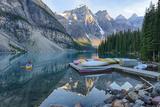 Canada, Banff NP, Valley of the Ten Peaks, Moraine Lake, Canoe Dock Photographie par Jamie & Judy Wild