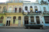 Cuba, La Havana, Old American Cars Driving Through Colonial Streets Photographie par Anthony Asael