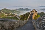 Great Wall of China on a Foggy Morning. Jinshanling, China Foto von Darrell Gulin