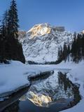 Lake Pragser Wildsee in Nature Park Fanes Sennes Prags, Winter. Italy Foto av Martin Zwick