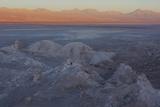 Moon Valley in the Atacama Desert as the Sun Is Setting Fotografía por Mallorie Ostrowitz