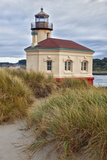 USA, Oregon, Bandon. Scenic of Coquille River Lighthouse Foto av Jean Carter