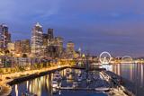USA, Washington, Seattle. Night Time Skyline from Pier 66 Photographie par Brent Bergherm