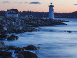 Portsmouth Harbor Lighthouse in New Castle, New Hampshire. Dawn Foto von Jerry & Marcy Monkman