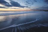 Dawn over the Atlantic Ocean at Wallis Sands SP in Rye, New Hampshire Foto av Jerry & Marcy Monkman