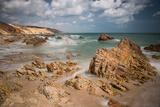A Long Exposure During the Day by the Rock Formations Near Pedra Furada, Jericoacoara, Brazil Impressão fotográfica por Alex Saberi