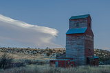 Lenticular Clouds Hover over an Abandoned Grain Elevator in the Gallatin Valley, North of Bozeman Reproduction photographique par Gordon Wiltsie