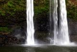 A Man Stands under Wailua Falls Reproduction photographique par Ben Horton