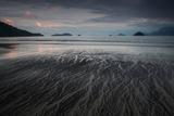 Praia Do Estaleiro Beach at Sunset in Ubatuba, Brazil Impressão fotográfica por Alex Saberi