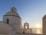 A Summer Sunset on the Mediterranean Island of Santorini, with a Historic Church and a Bell Tower Fotografisk tryk af Babak Tafreshi