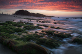 Sunset over Pedra Furada Rock Formation in Jericoacoara, Brazil Impressão fotográfica por Alex Saberi