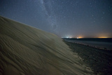 The Stars and Milky Way over the Dunes in Jericoacoara, Brazil Impressão fotográfica por Alex Saberi