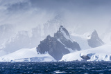 Icebergs and Mountains Near Cuverville Island, Antarctica Fotografisk tryk af Ralph Lee Hopkins