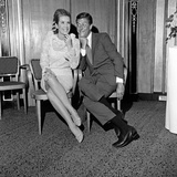 Dick Van Dyke and Sally Ann Howes at the Dorchester Hotel before Filming Chitty Chitty Bang Bang. Impressão fotográfica por Maurice Kaye