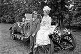 Dick Van Dyke and Sally Ann Howes with Chitty Chitty Bang Bang at Pinewood Studios. Impressão fotográfica por Victor Crawshaw