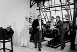 Dick Van Dyke, Sally Ann Howes, & Peter Ustinov Filming Chitty Chitty Bang Bang at Pinewood Studios Impressão fotográfica por Bela Zola