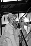 Dick Van Dyke and Sally Ann Howes with Chitty Chitty Bang Bang at Pinewood Studios. Impressão fotográfica por Bela Zola